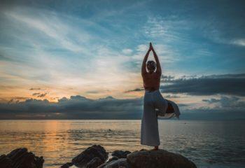 yoga-de-dos-face-à-la-mer