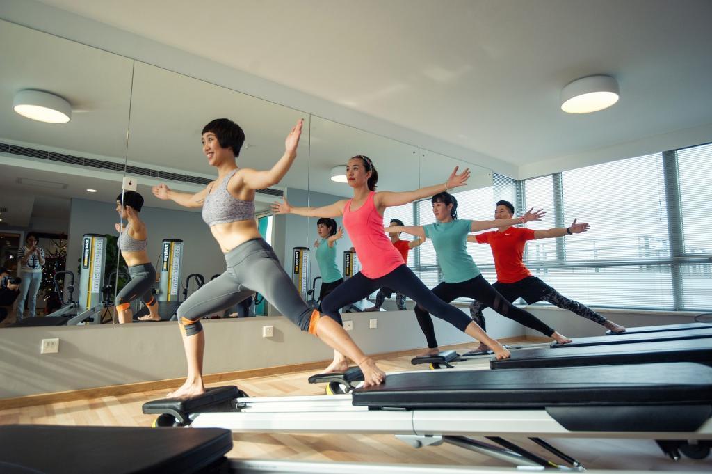 groupe faisant yoga pour sa sante